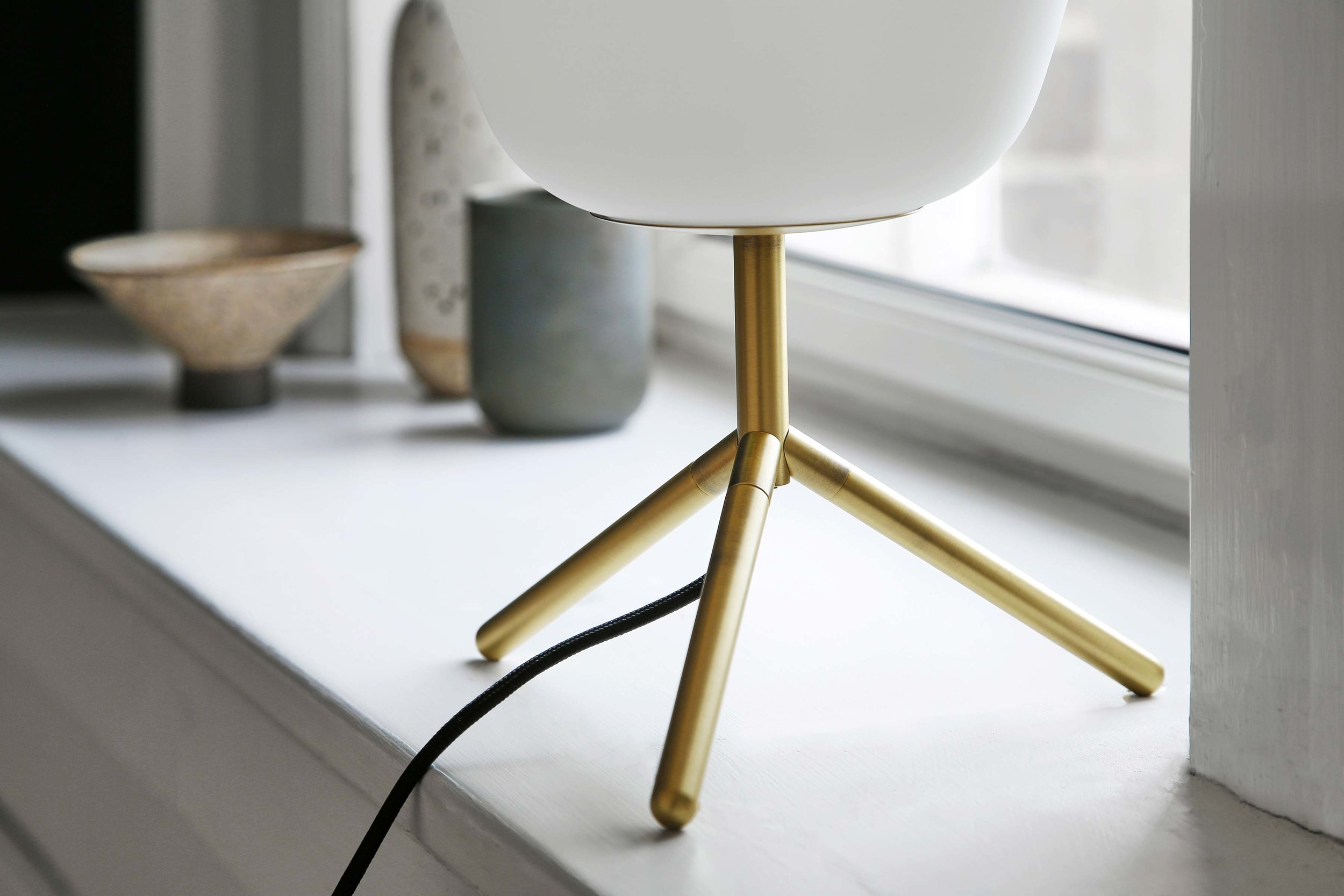 Silk-table-lamp-opal-white-glass-antique-brass---lifestyle-closeup-Teglgårdsvej-2577_V1.jpg