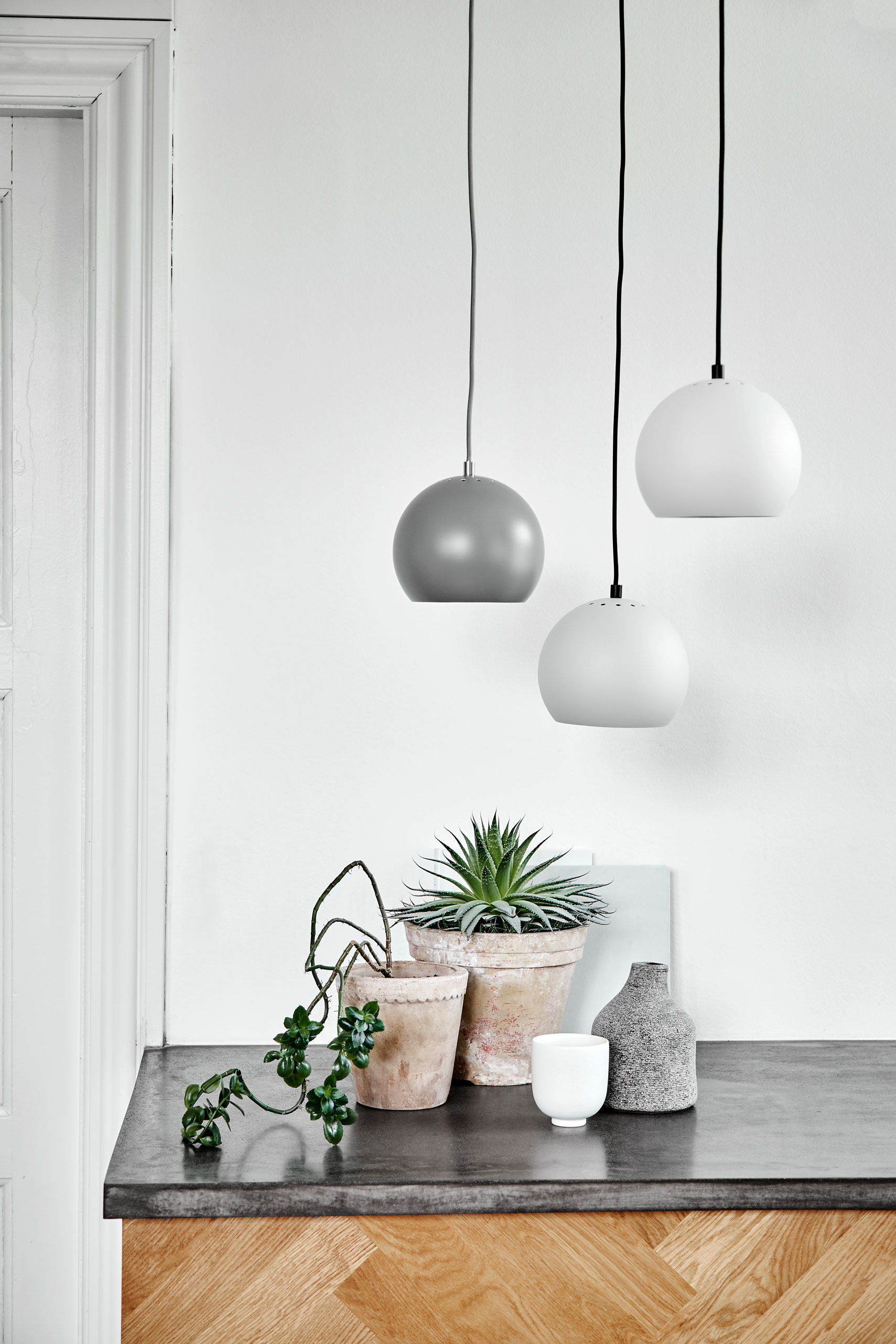 Ball-pendant-light-grey-matt-+-grey-structure---Lifestyle-Obdrupgård-1115.jpg