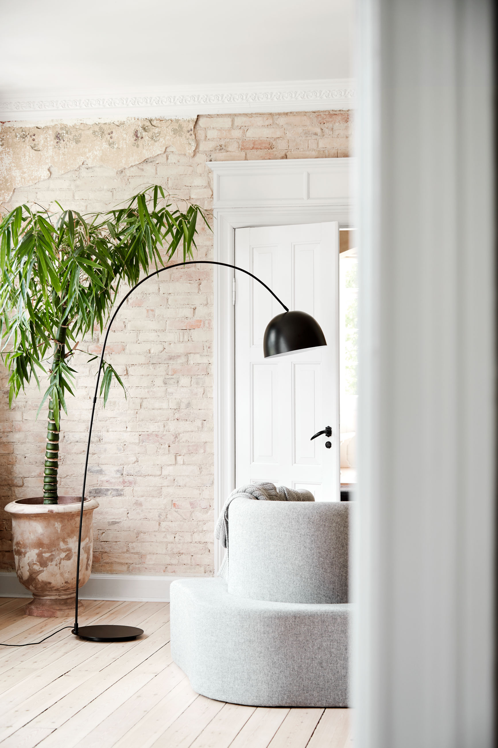 The elegant Lucca is a floor lamp that will have no trouble bringing light to, for instance, a coffee table in a cosy corner of your living room.   READ