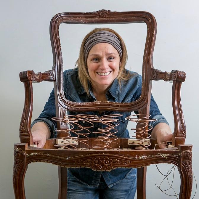 - Heeft je lievelingsmeubel zijn beste tijd gehad? Denk dan aan upcycling: het restaureren en verbeteren van wat ooit mooi was. Dankzij onze duurzame technieken en uitgebreide stoffenkeuze past jouw meubel straks weer naadloos in je interieur, nog vele jaren lang.