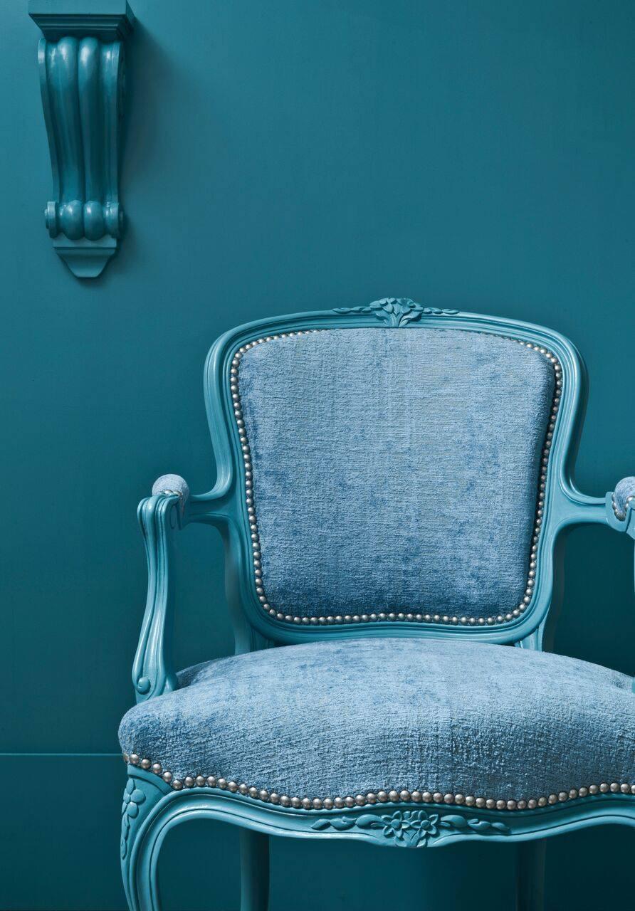"""- Is een meubel restaureren goedkoper dan pakweg een nieuwe Ikea-zetel kopen? Neen.Meubelrestauratie is maatwerk. Daar kruipen aardig wat uren vakmanschap én kwalitatieve materialen in – sorry, in goedkope polyether (""""mousse"""" in de volksmond) doen we niet. Wij gaan voor duurzame oplossingen en klanten die tevreden zijn én blijven.We houden uiteraard wél rekening met je budget. Door slim te restaureren en de stoffenkeuze af te stemmen op je mogelijkheden. Maar vooral ook door geen overbodige kosten aan te rekenen. Het Stoffeerhuis huurt geen duur winkelpand, betaalt geen overbodige reclame en werkt als éénmanszaak – of moeten we zeggen éénvrouwszaak?Het Stoffeerhuis ìs Pascale Verluyten, een ambachtsvrouw die met veel liefde voor het vak restauraties tot een goed einde brengt, van a tot z. Van bij het eerste contact tot aan de oplevering spreek je rechtstreeks en alleen met Pascale."""
