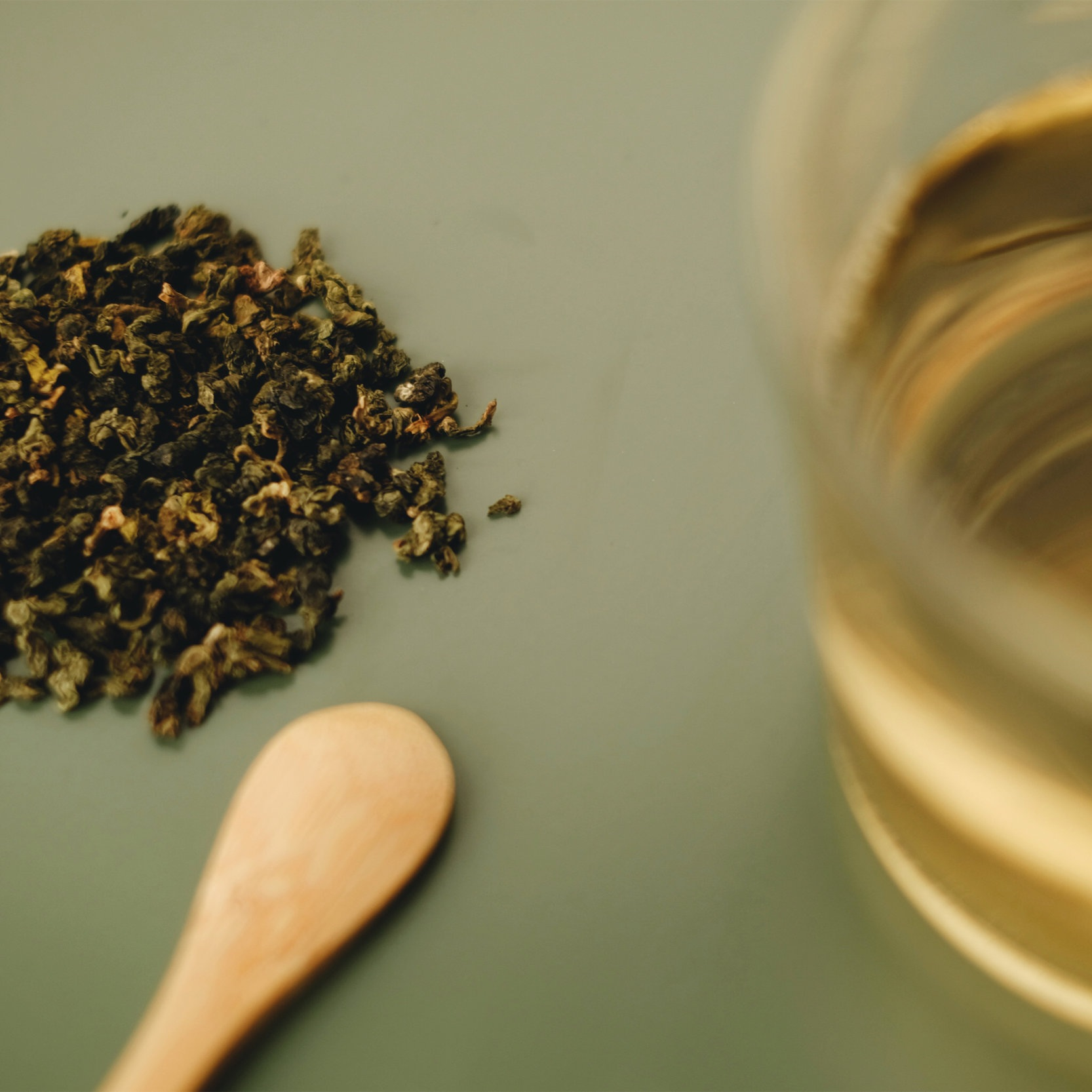 Properties - Oolong tea has many health benefits. These include benefits for heart, bone, brain and dental health. Besides, it may boost your metabolism, decrease your risk of developing type 2 diabetes and protect against certain types of cancer.