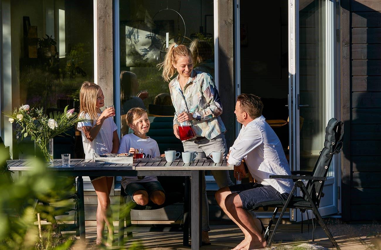 5202_Nygard_familjen pa altanen.jpg