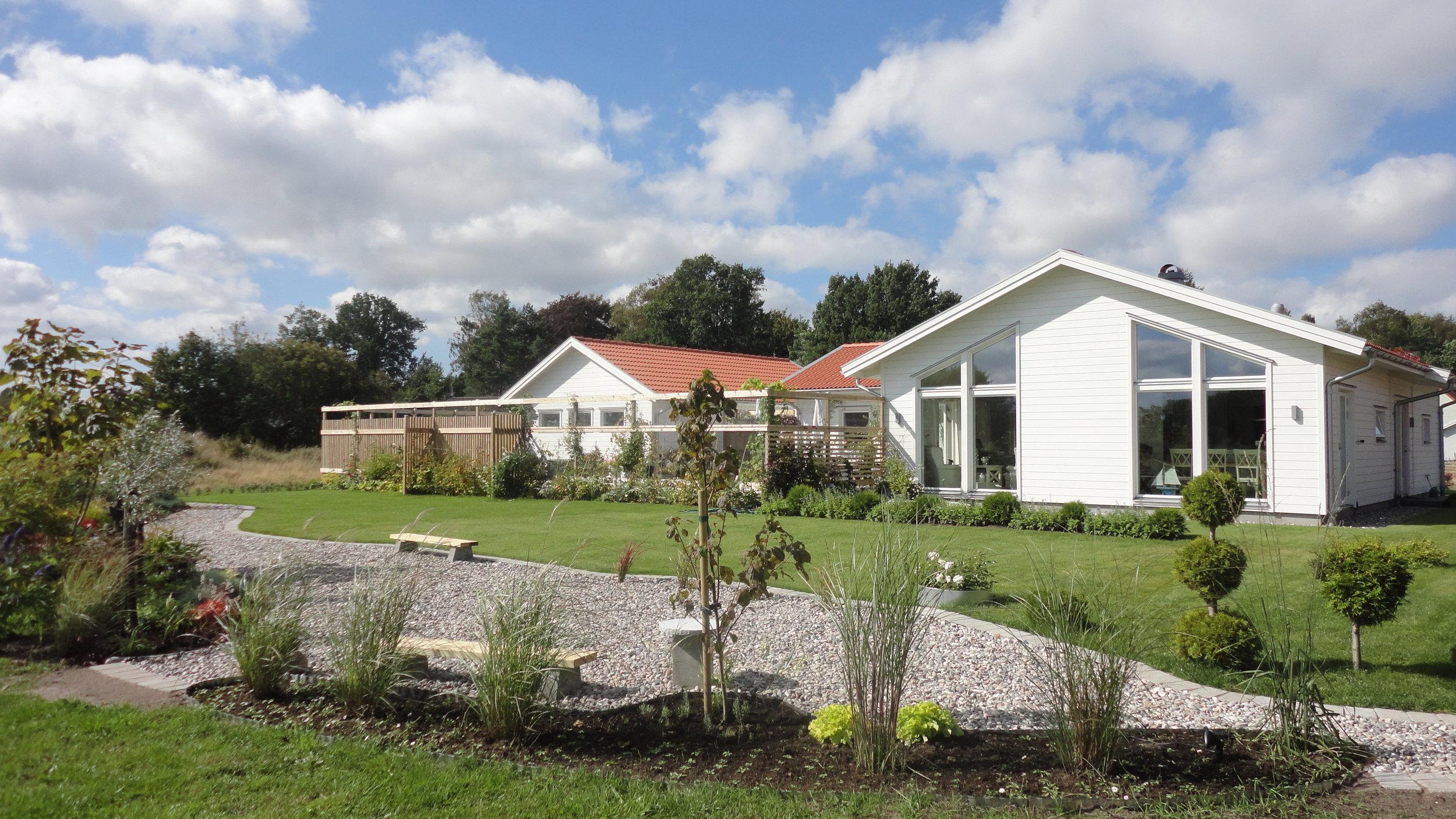 VH4489_Björkholmen_exteriör baksida med trädgård.jpg