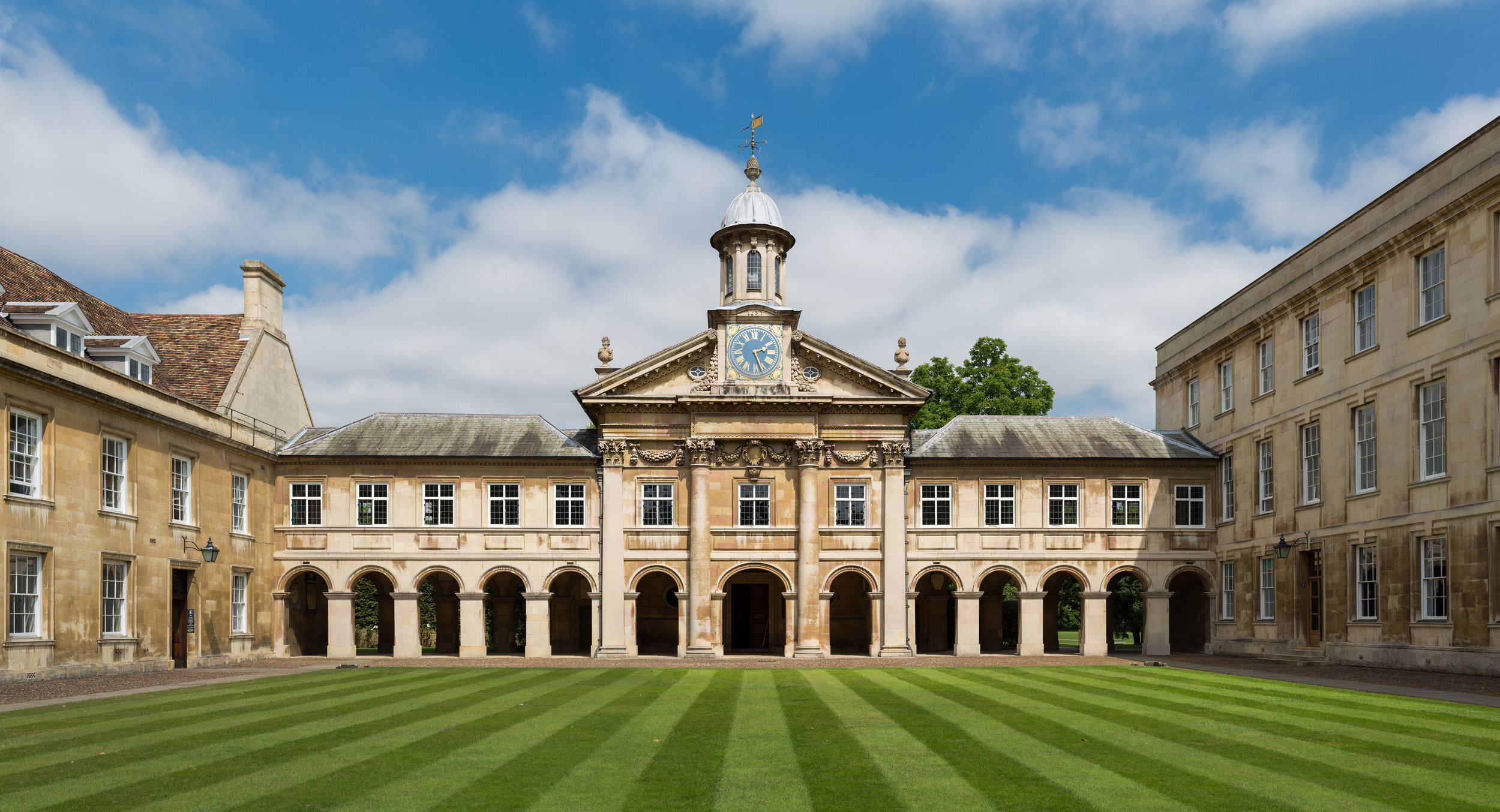 Emmanuel_College_Front_Court,_Cambridge,_UK_-_Diliff.jpg