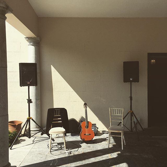 Just about to start and the sun comes out!! #guitar #strings #instrumental #corkweddingcrew #weddingsireland #weddingideas #weddinginspo #bmus #artsfestivals #weddingplanning #bridetobe #guitarmusic #irishweddings #weddingmusic #receptionmusic #festivalmusic #guitarmusic #guitarfestival #musicfestival #highhorseevents #@lisasweddingworld