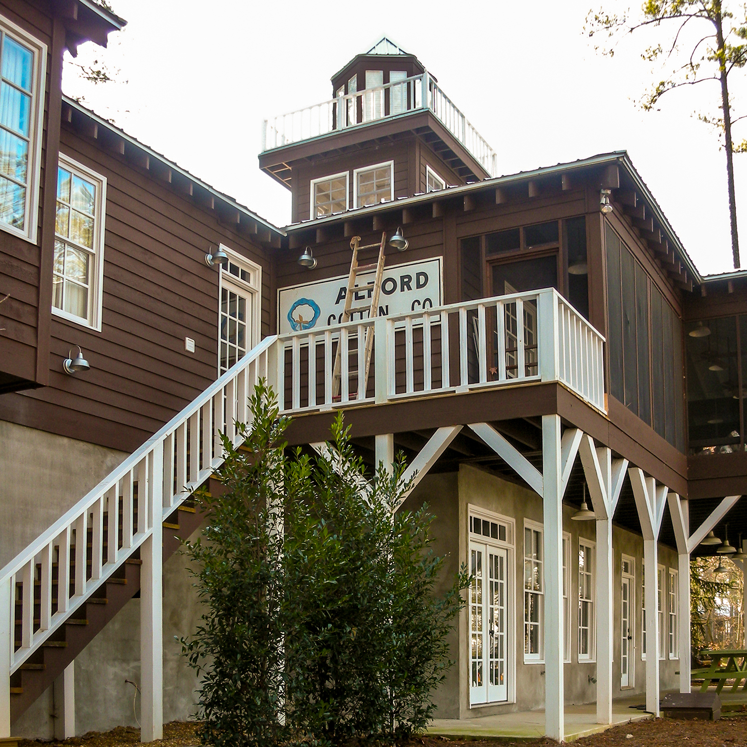 guntersville_lakehouse_02_screened_porch_entry_stair_1500.jpg