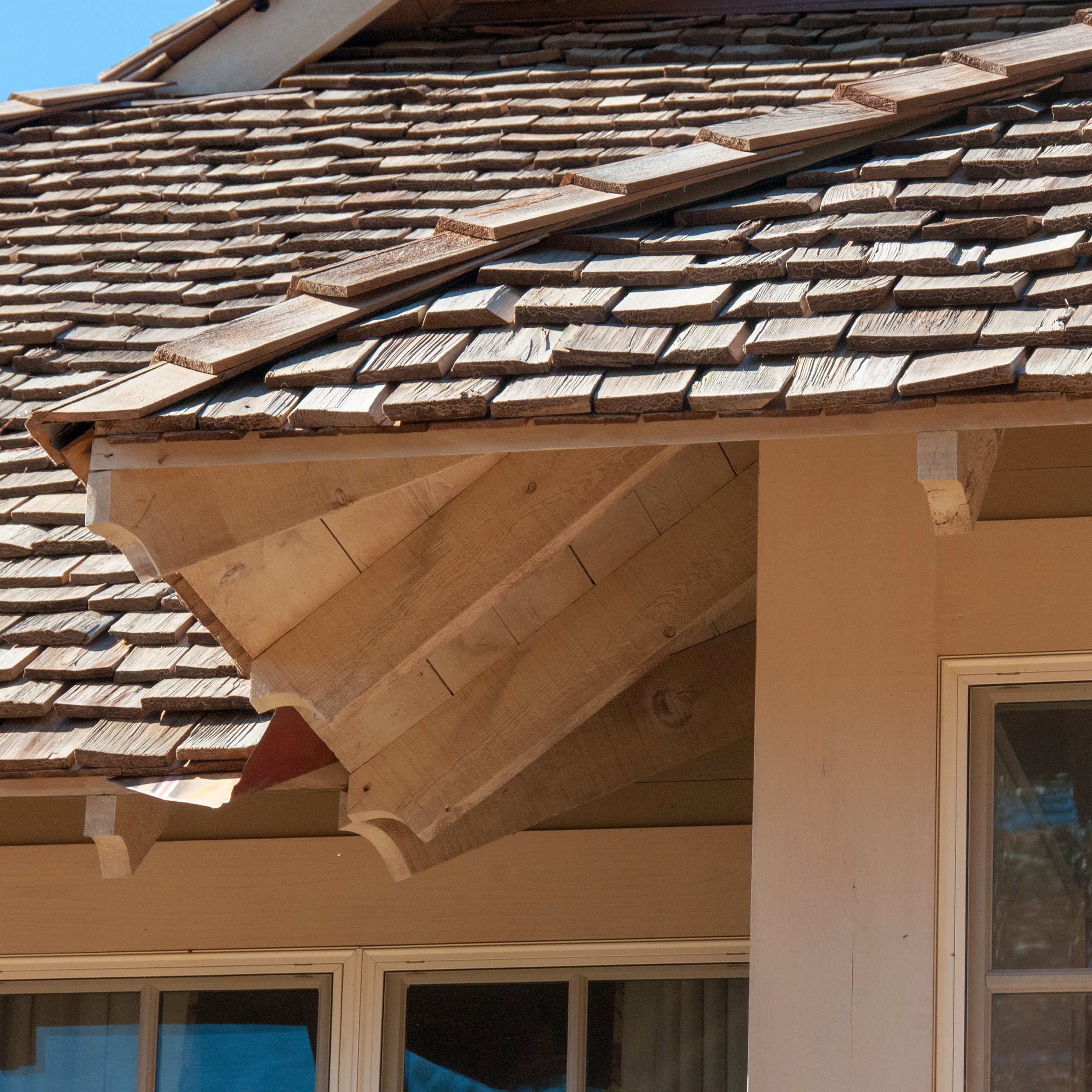 longridge_farm_lakehouse_06_lake_house_hip_roof_eave_cedar_exposed_rafter_tail_1500.jpg