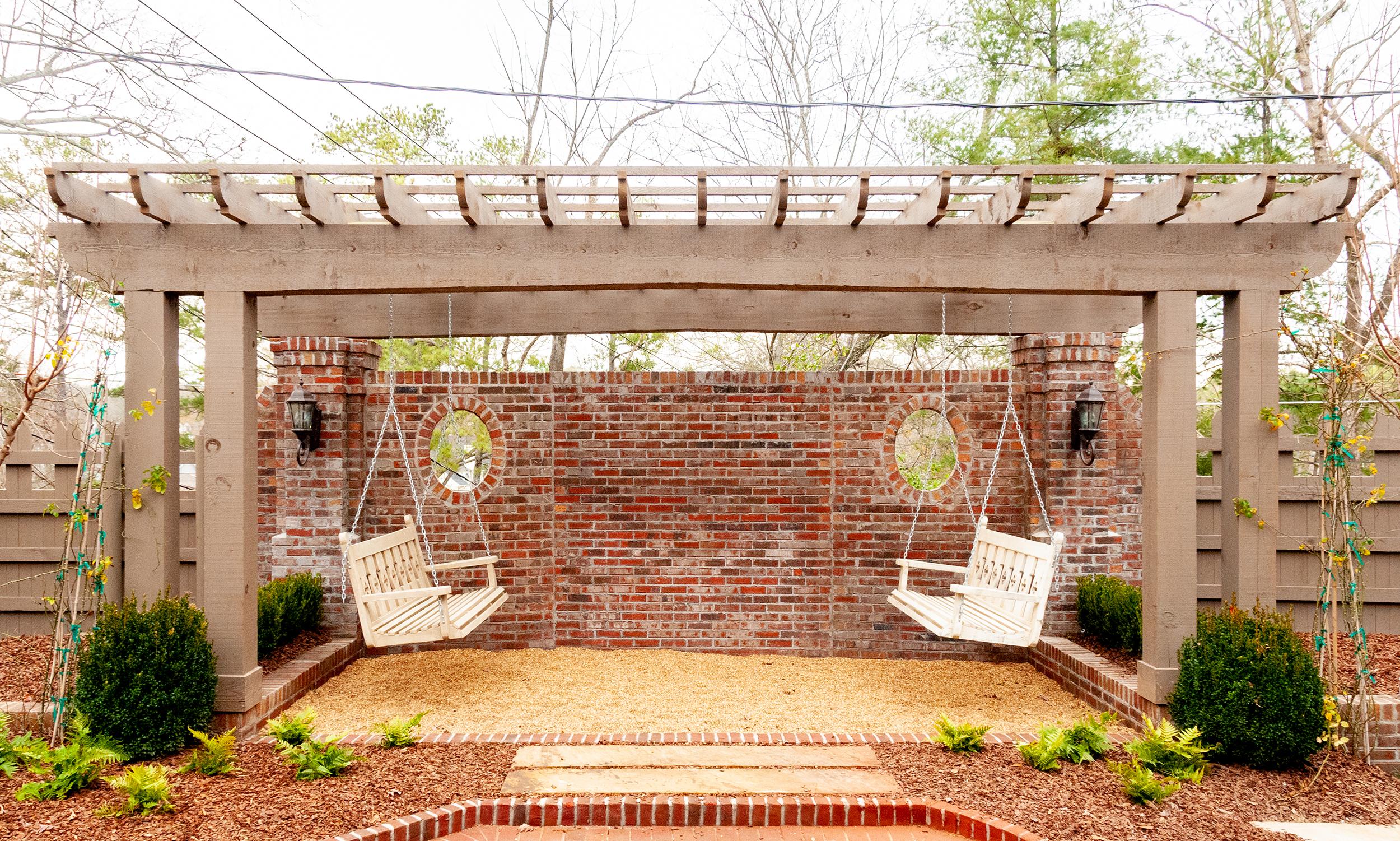 courtyard_garden_07_arbor_trellis_stockade_fence_stone_pea_gravel_path_2500.jpg
