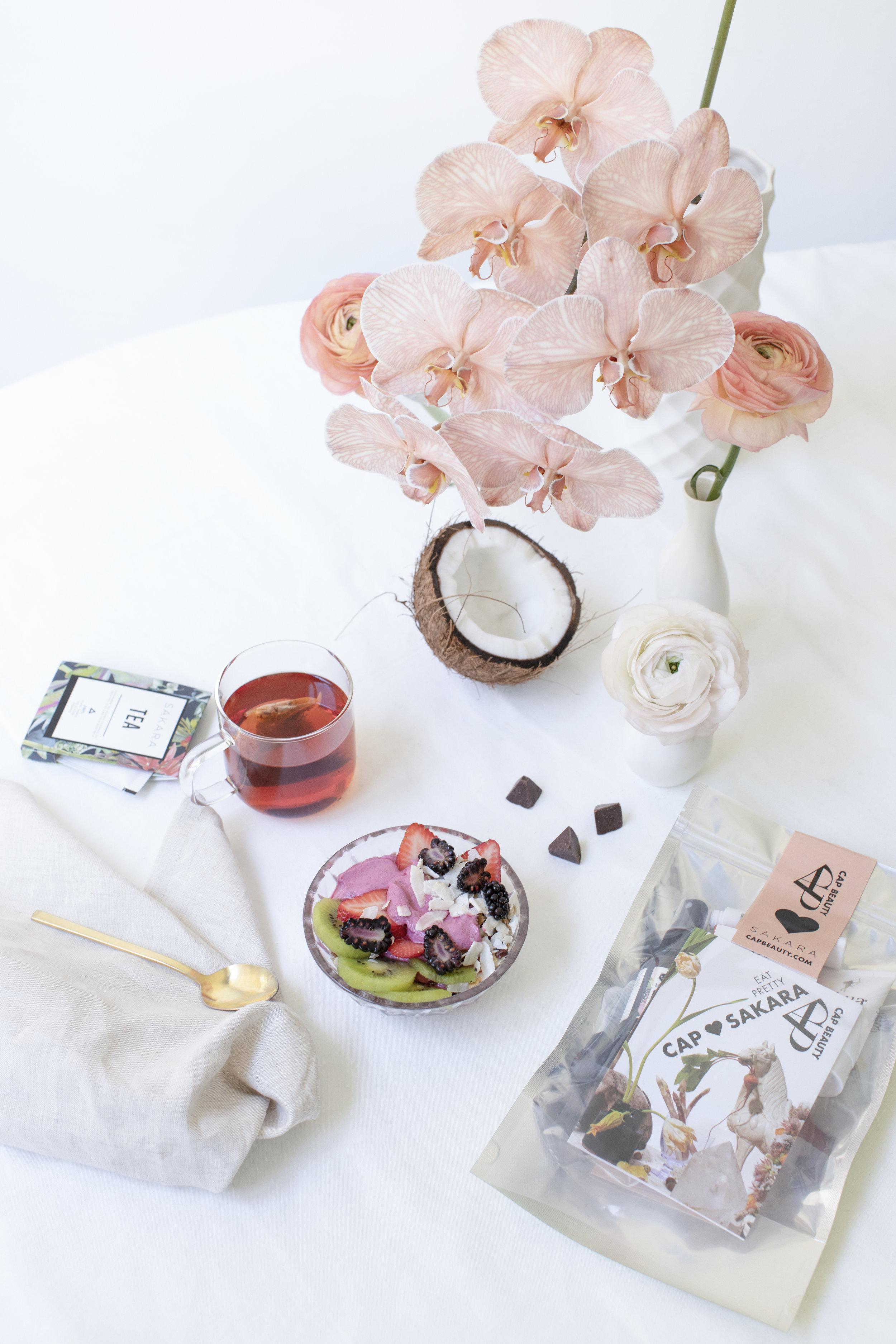 Sakara Life_Eat Pretty_kaui_smoothie_bowl_with_kit.jpg