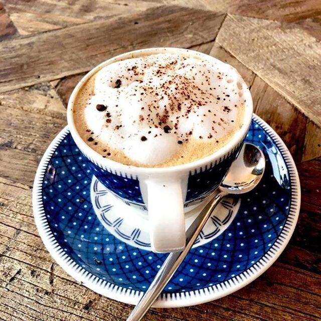 Un bon café au lait pour commencer la journée en douceur ! ☁️☕️ - #terredapero #caféaulait #coffeetime #fridaymood #coffeeaddict #alimentationsaine #healthyfood #consommerautrement #bienetre #ecoresponsable #responsable #homemade #produitlocaux #addictocoffee #recipeoftheday #picoftheday