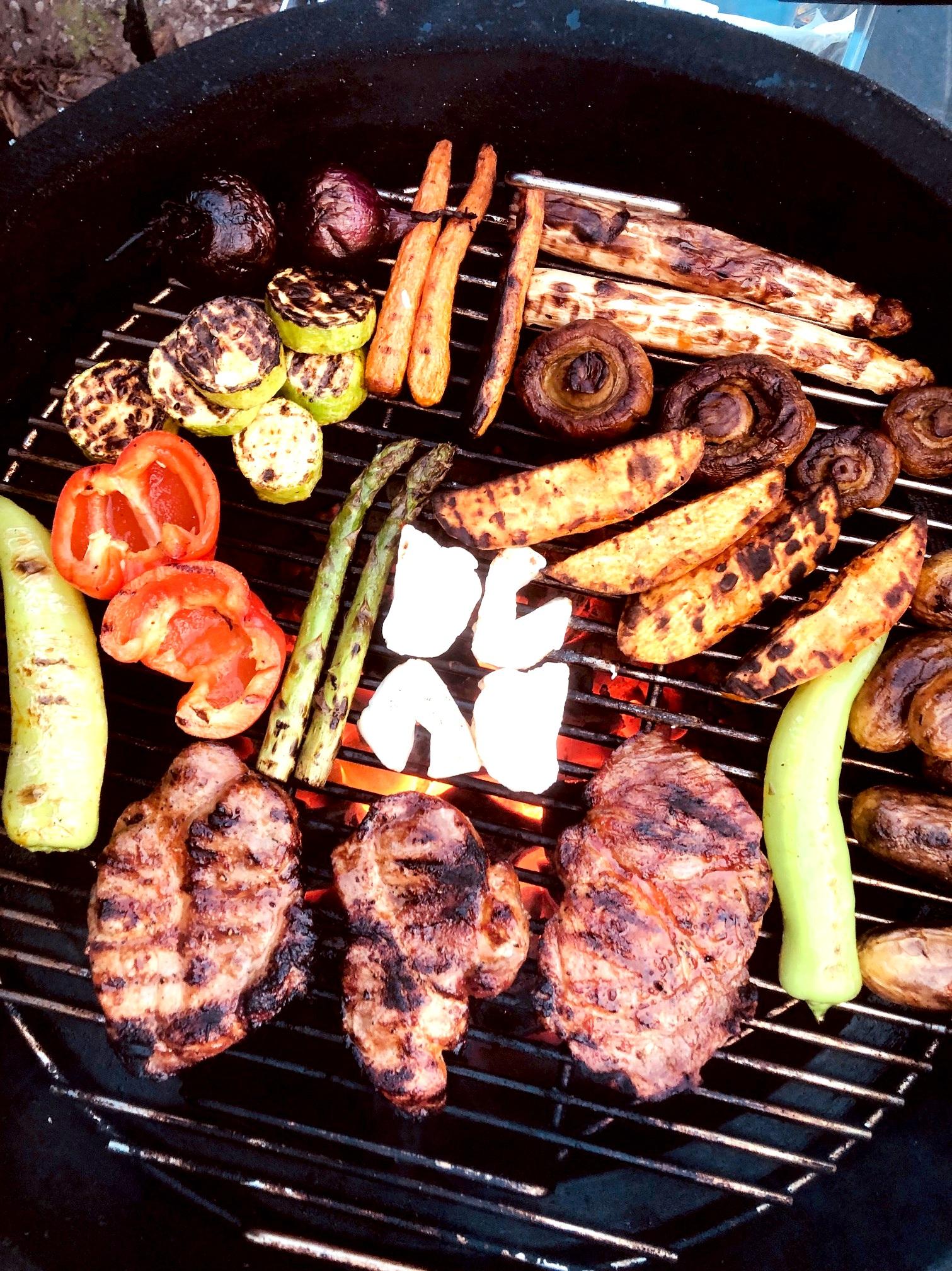 Grillad middag för två - pfefferoni, paprika, zucchini, rödlök, morot, vit sparris, champinjoner, sötpotatis, grön sparris, potatis, halloumi och fläskkarré