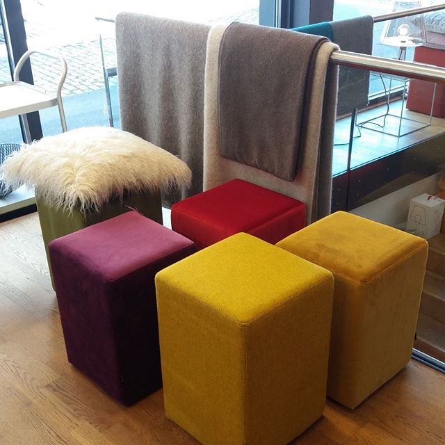HOCK DICH! [POMP] #hocker #stool #pouf #pomp #samt #velvet #wohnsalon #showroom #mainz #möbel #furniture #design