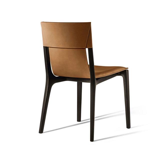 DU LIEBST DEN TANZ?  DANN LIEBST DU AUCH ISADORA!  Der Stuhl Isadora von Poltrona Frau erinnert in seinem Namen an die Anmut einer Künstlerin wie der Duncan, einer Pionierin des zeitgenössischen Tanzes. Aus der fließenden Begegnung zwischen Holz und Leder entsteht ein Sitzmöbel von neuer Konzeption.  #poltronafrau #isadora #robertolazzeroni #stuhl #chair #leder #leather #holz #wood #tanz #dynamik #design #möbel #furnitures #wohnsalon #mainz