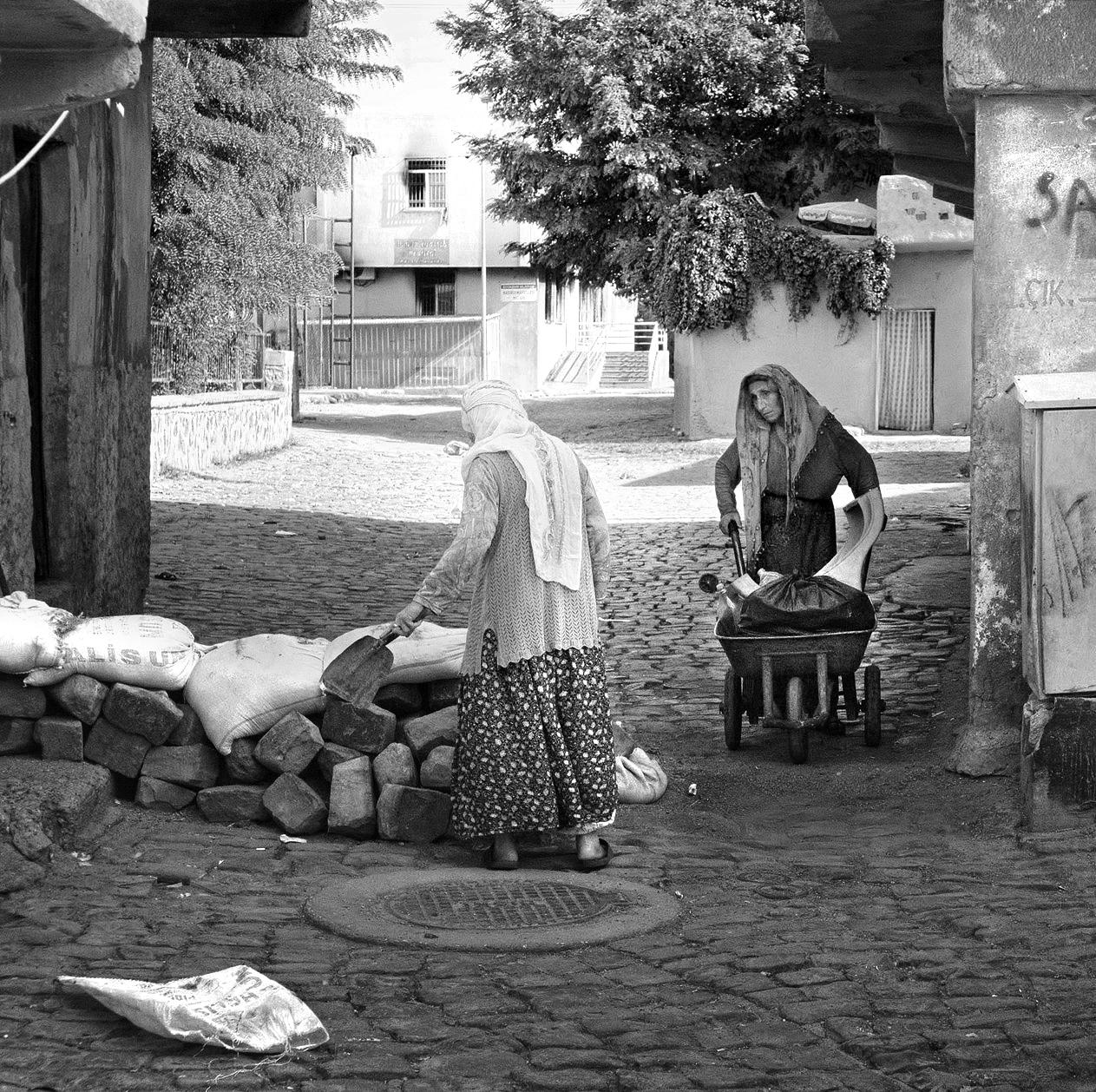 Diyarbakir : des femmes construisent des barricades contre les attaques de l'armée.