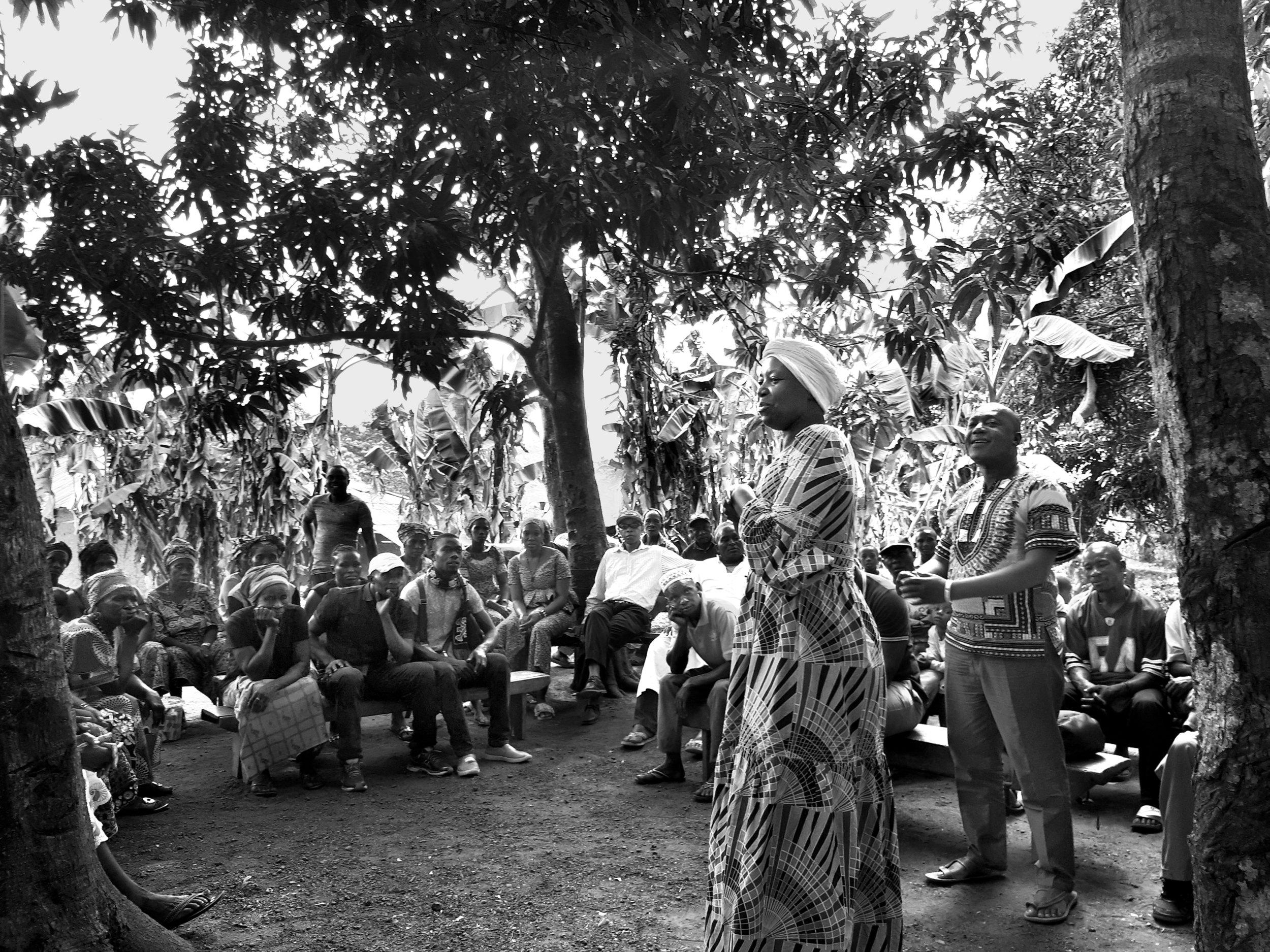 En Sierra Leone, des villages échangent des informations sur leur lutte contre l'accaparement des terres. Photo: GRAIN