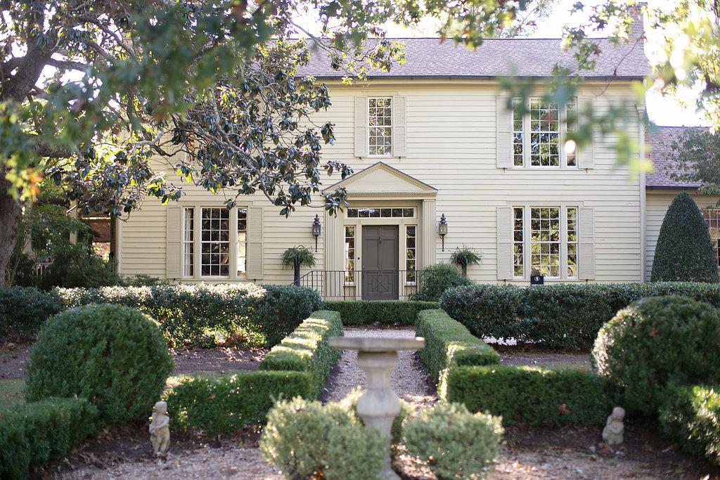 Historic Farmhouse - Historic Charm & Modern AmenitiesStunning and Elegant DecorPerfect for Bridal Festivities