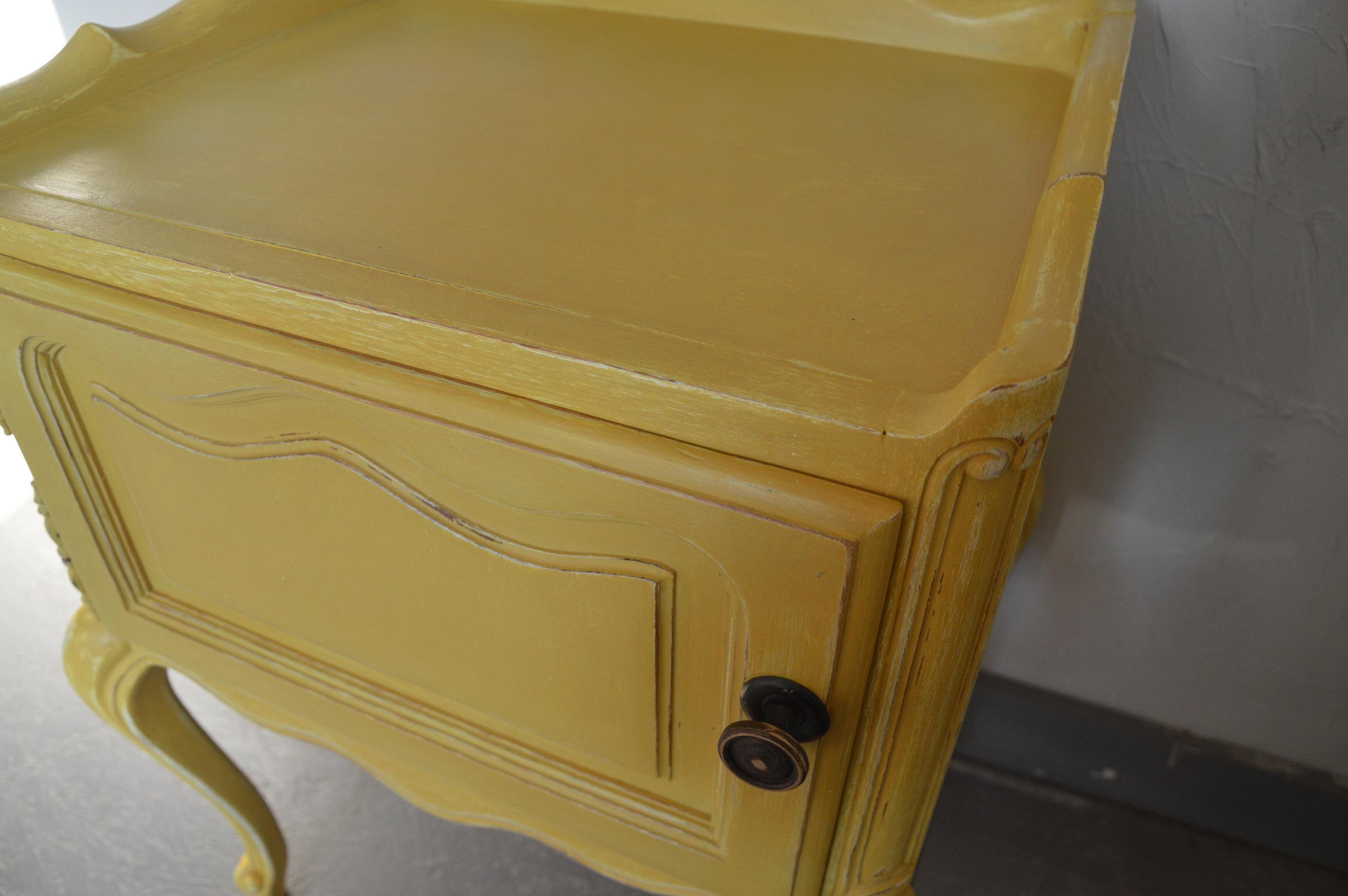 Nachtkastje geel.JPG