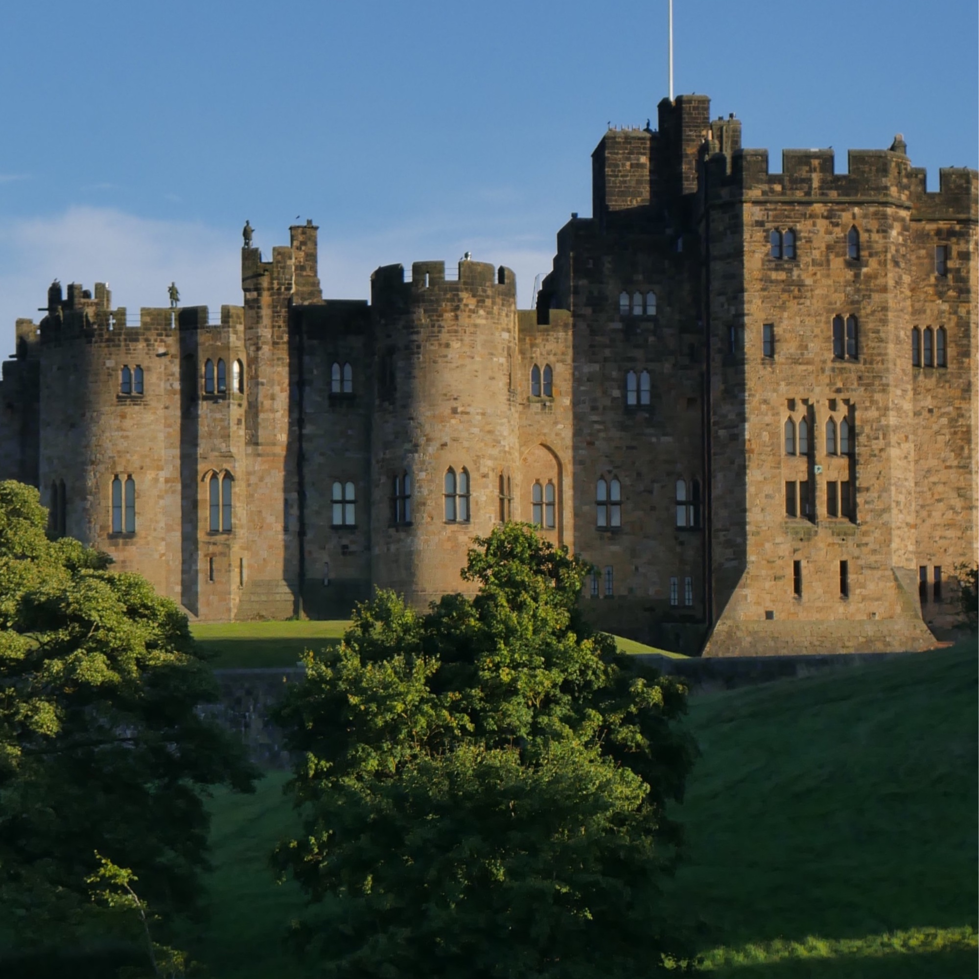 Alnwick Castle (6 miles) - Alnwick Castle is a castle and country house in Alnwick in the English county of Northumberland. It is the seat of His Grace The 12th Duke of Northumberland. Offering Harry Potter, dragon and knight themes activities for all to enjoy.