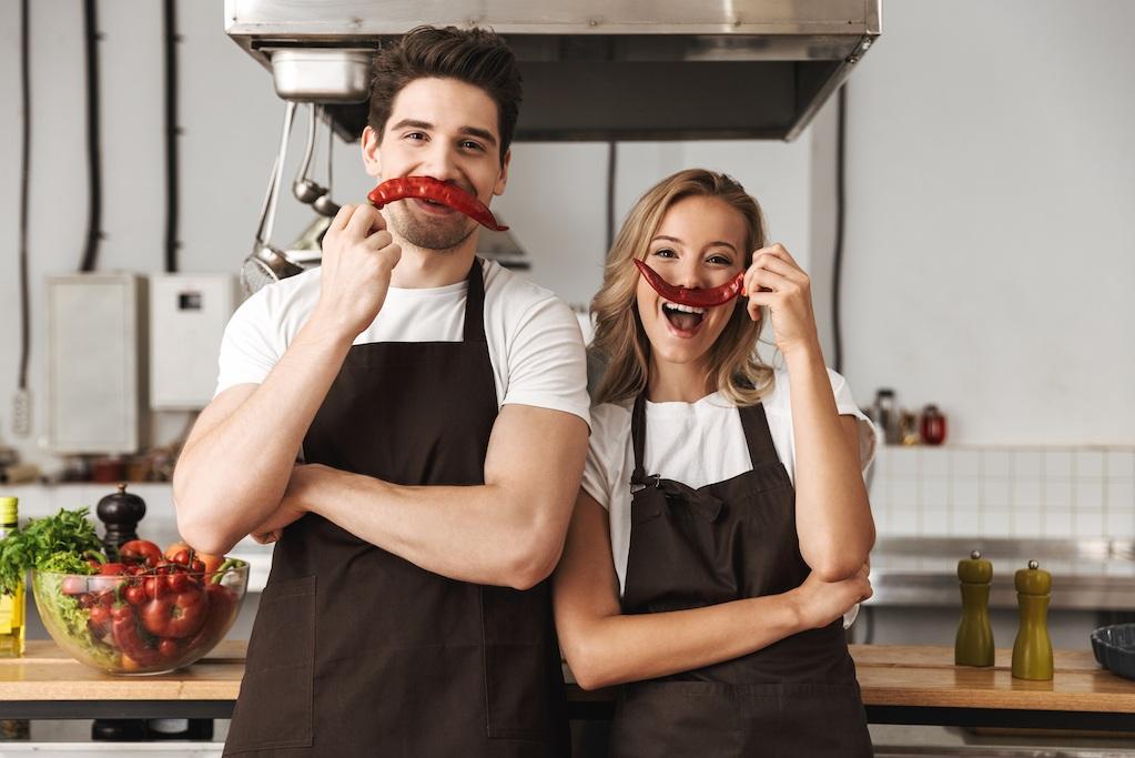 Clases de Cocina Atalaya - Aprende a preparar una deliciosa cena de cuatro tiempos, acompañada del vino perfecto y en compañía de tu pareja, vive una experiencia inolvidable en la que se divertirán y que podría enseñarles una cosa o dos sobre el trabajo en equipo.