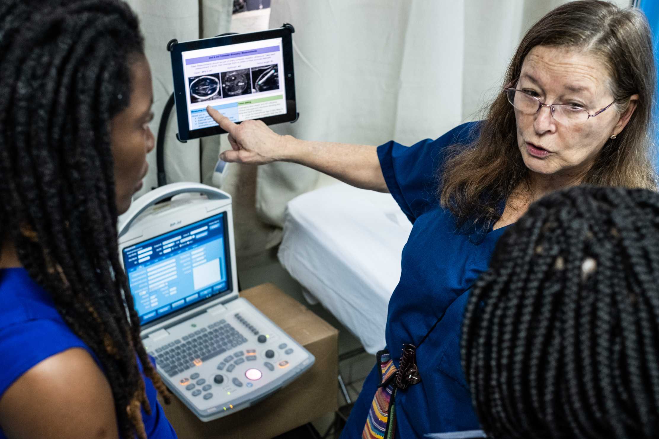 During the hands-on NYAGI training week, International OB/GYN and expert sonographer, Alicia Martin-Hirsel, shows how to best use the NAV™ software alongside the ultrasound machine.