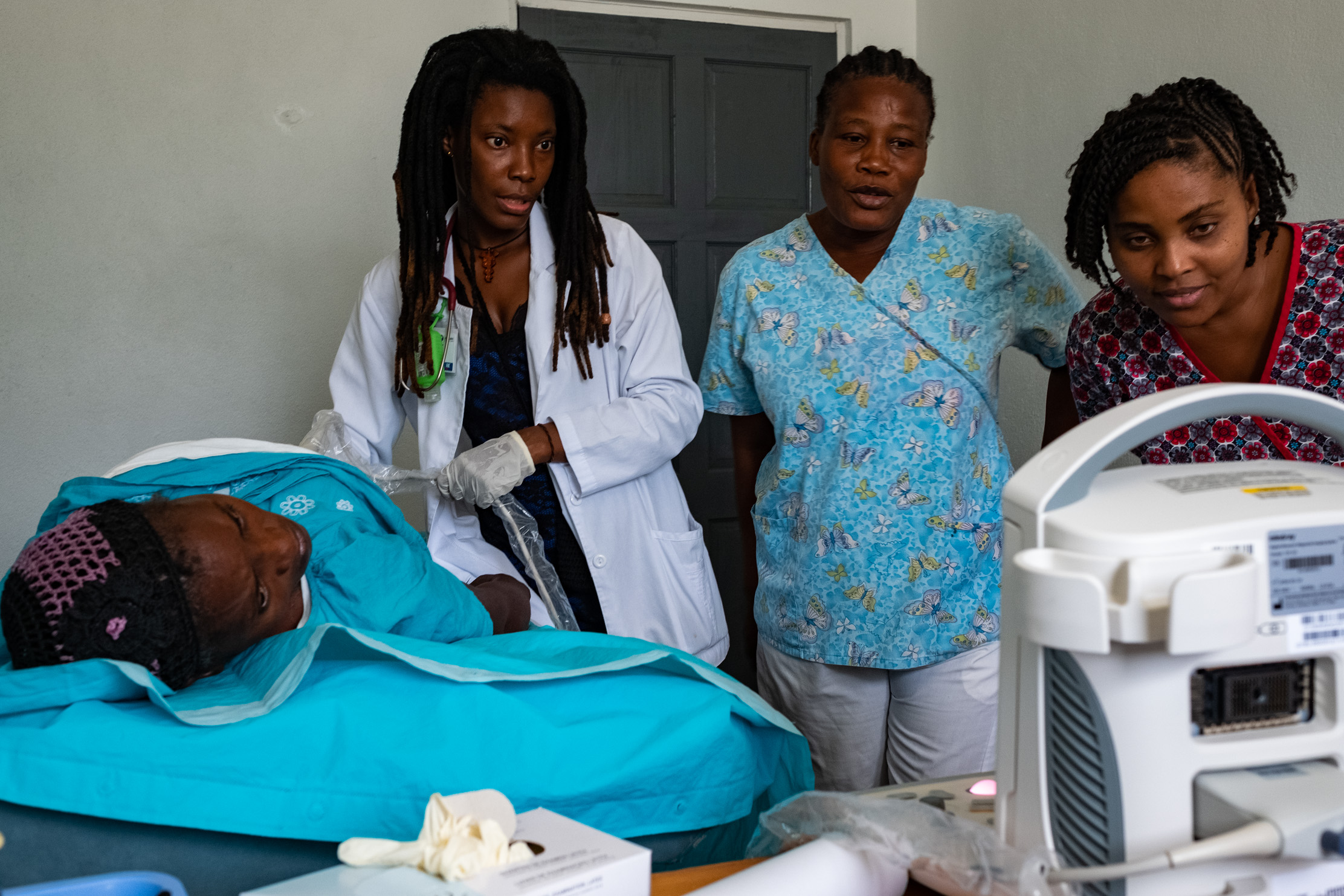 Dr. Darline Molin Dol, Medical Director of the Project Medishare Centre de Santé/Maternite de Lahoye started sharing her new knowledge and teaching her nurses with her very first scan. She also shows them how to use the 7D Imaging NAV software as an ongoing resource providing tools for continued self-learning.