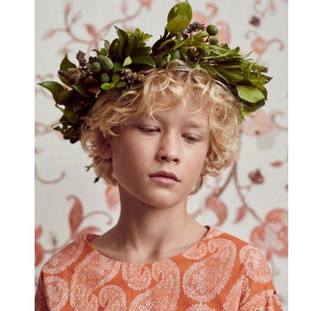 Earlier this year I collaborated with friend and photographer @hayleysparksphotography to capture my new textile collection is a fresh different way. ✨ I upholstered a wall in Embroidered Garden and made Austin a top in coral Worn Paisley. ✨ To top it off I picked leaves and berries from my garden and made this botanical headpiece. 🌿 With the expert hands of @jess_diez and Austin's incredible curls and angelic looks we made this little slice of magic. ⚡️ Austin @bambinitalentgroup #interiors #interior #fashion #kidsfashion #deco #decor #homedecor #textiles #fabric #homestyle #dothingsdifferently