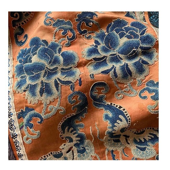 Catching my eye today is this antique French textile with its dreamy colour combination of creamy orange with those blues. 💙🍊Yum! #interiordesign #textiles #colourhunting #textiles #decor #deco #homedecoration #homestyle #fabric #embroidery #ingeholst #antique #orange #blue