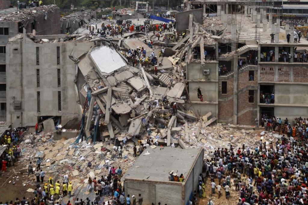 3. 2013年孟加拉薩瓦區大樓倒塌事故   要了解今時今日大家消費時裝嘅模式所帶嚟嘅影響,其中一個比較具體嘅例子就會係2013年孟加拉薩瓦區大樓倒塌事故。死亡人數達1,127人、約2,500人受傷,係孟加拉死傷最嚴程嘅工業事故之一。  成棟大樓第五層至第八層都係未經允許而私自建造,實際上許可證只係允許建築4層樓的建築。根據當地新聞媒體嘅報導,當地核查人員喺4月23日(即事故前一日)進行檢查嘅時候已經發現大樓表面出現裂縫,隨即要求疏散大廈入面所有人員而且仲要同時永久關閉呢棟大廈。位於下面幾層嘅幾間商店同一間銀行喺得到消息後即刻關閉,但係服裝工廠負責人(有為唔少fast fahion提供服務,例如:Primark、Walmart)喺4月24日要求工人繼續番工,又同工人講大樓建築並無安全問題。  不人道嘅商業手法真係好嘔心。