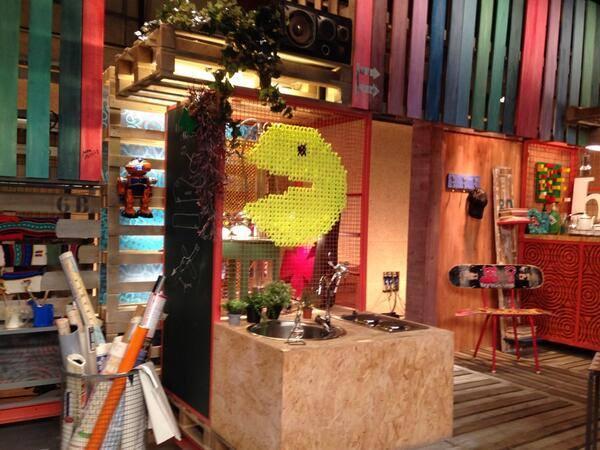 Decoración en punto de cruz XL para el plató del programa Ja t'ho faràs de TV3