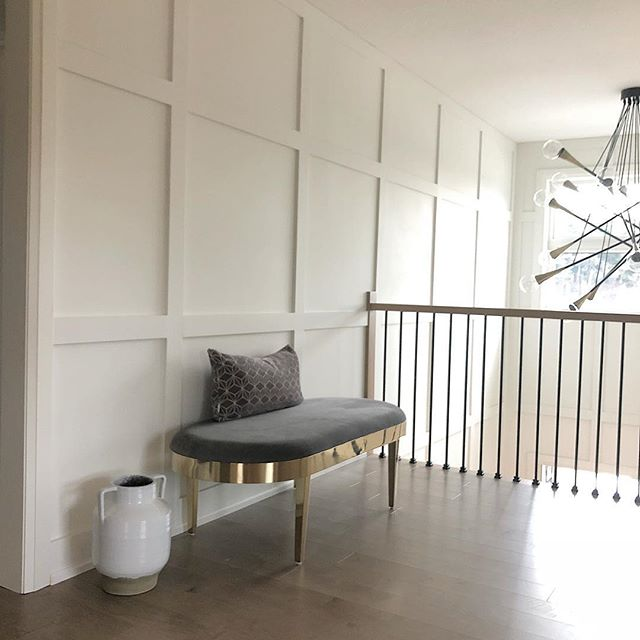 • Natural light pouring into one of my favourite corners of project #netzero - after a few options settled on a simple and clean bench to balance out the sheer size of the drama-mama light fixture! Good things DO come in small packages... but they also come in ginormous lighting boxes💡🖤➕ •