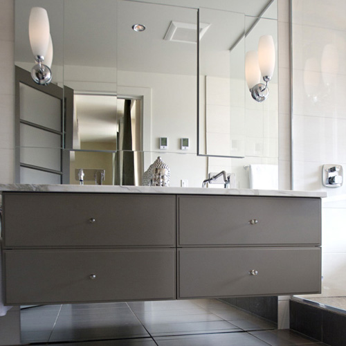 Ensuite : custom lacquer-painted vanity.
