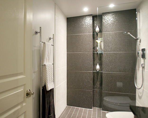 Main Bathroom : built-in shower shelves.