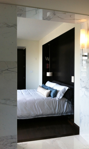 Main Bedroom : built-in headboard wall + lighting.