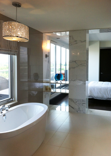 Ensuite : soaker tub with main bedroom in background.