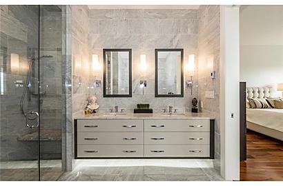 Ensuite : walk-in shower + custom vanity.