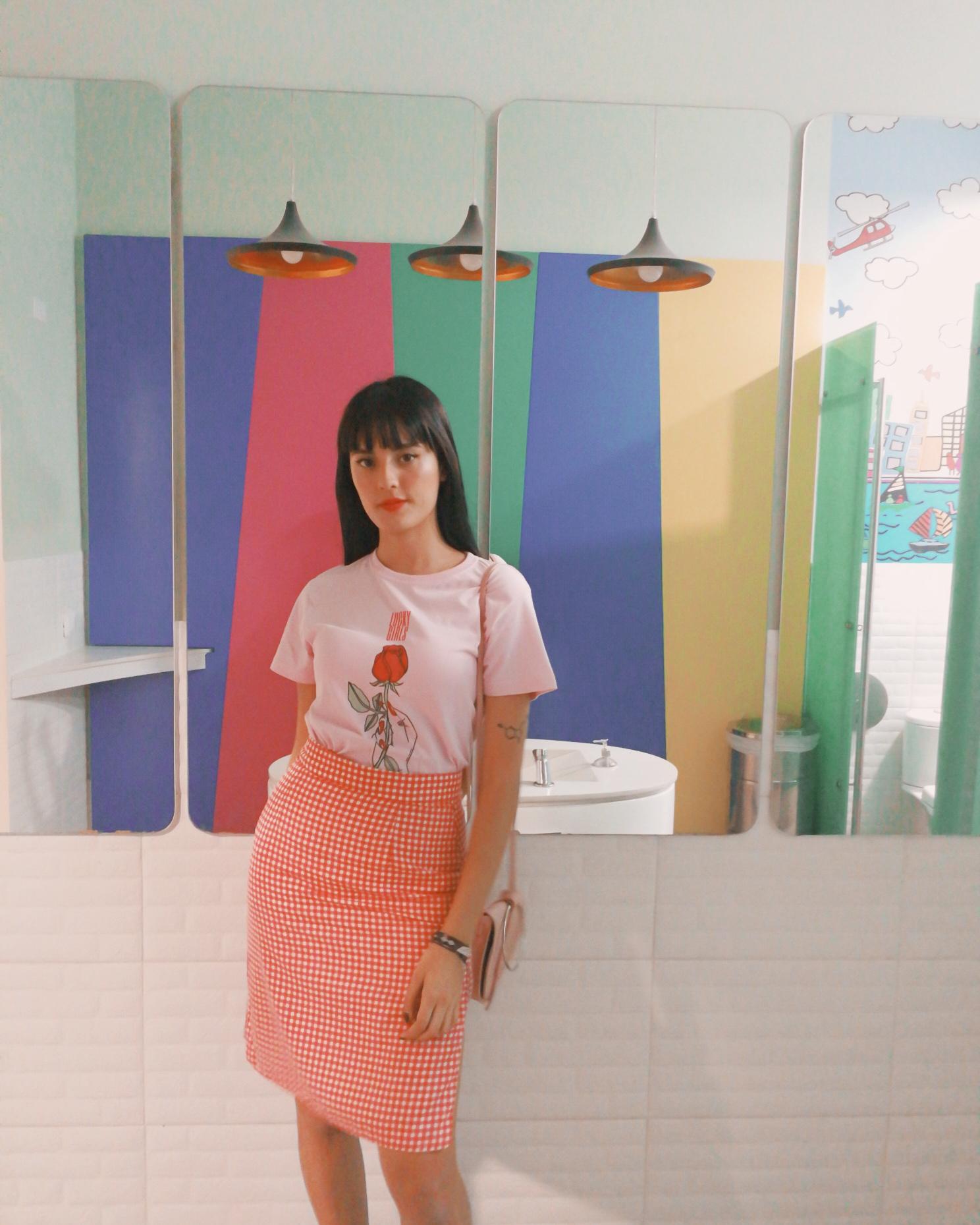 Ella es Maria Camila. Combinar nuestra  camiseta Lula en rosa  con cuadros vichí siempre fue una buenísima idea ;)