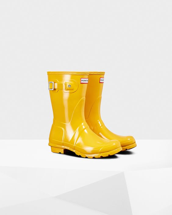 Yellow Hunter wellie boots make lovely spring photography props.
