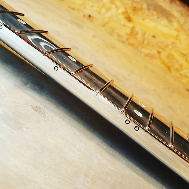 Clear inlay / luminlay side / mirror finish. . . . . . #luminlay #luminlaysidedots #aluminumguitar #aluminumneck #customguitar #guitar #guitarporn #fender