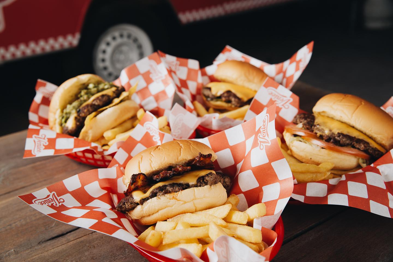 HAMBURGUESAS 🍔 - Prueba el sabor de nuestras crocantes y jugosas hamburguesas 100% carne de angus, aplastadas y asadas sobre la plancha.