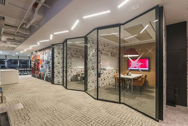 A Zig-Zag to escape the office routine. We are in love with the customised unique design of our GT partitions system in this multinational banking and financial services office.  #jebpartitions #gtsystem #gt #officegoals #officeinteriors #officewithstyle #meetingroom #partitions #glasspartitions