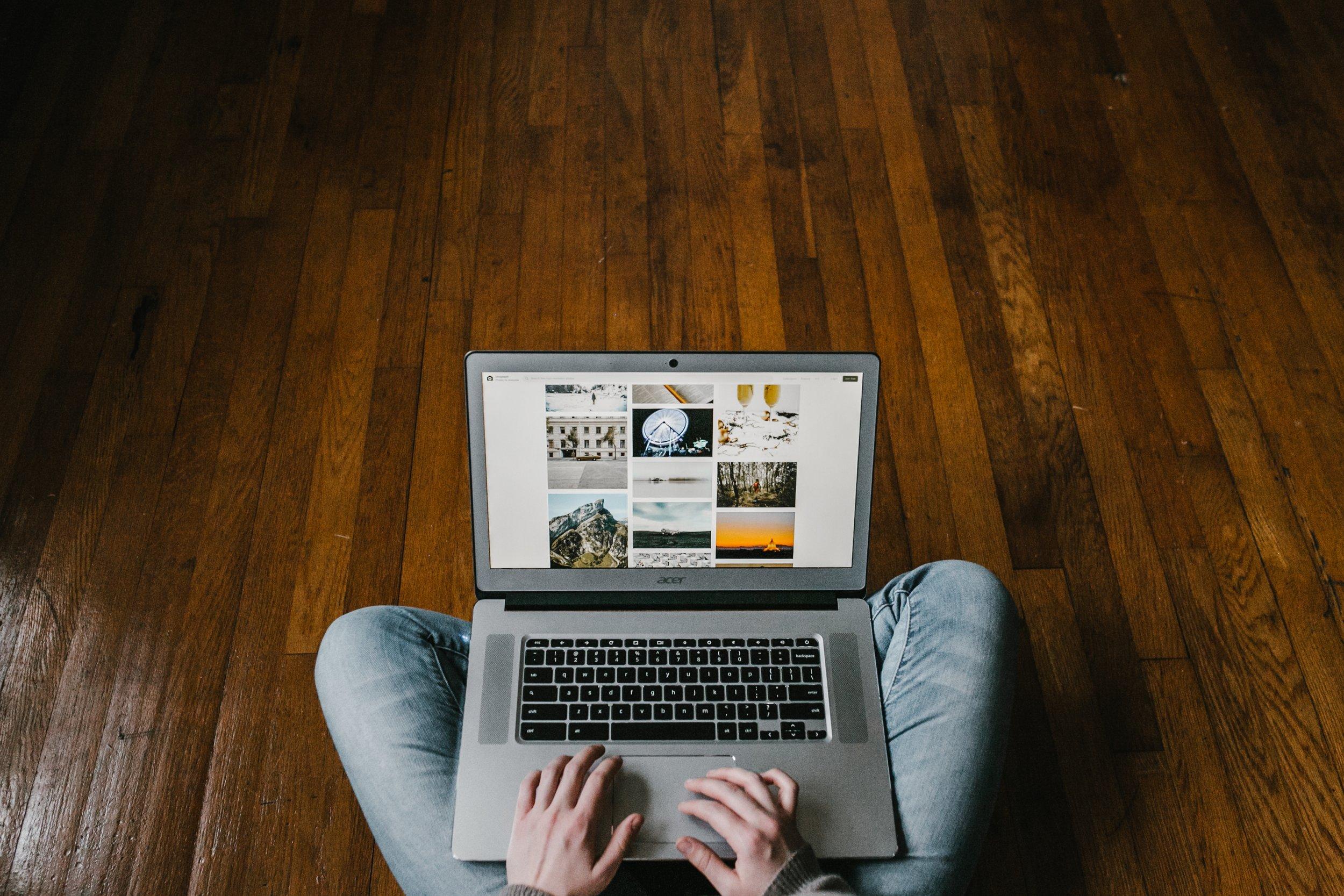 24/ Live-Support - Mobil und flexibel – zu jeder Zeit.Crovillas verfolgt ein Ziel: euren Urlaub zu den schönsten Tagen des Jahres zu machen! Unser gastfreundliches Denken und die Vorliebe für die schönsten Ferienhäuser motiviert uns, jederzeit für euch da zu sein um! Wir nehmen uns bewusst die Zeit und sind 24 Stunden an 7 Tagen die Woche für euch erreichbar. Euer Anliegen steht im Fokus und wandelt sich gepaart mit unserer Expertise, zu eurer maßgeschneiderten Ferienvilla. Unsere Care-Team steht euch klassisch per Telefon, aber auch jederzeit per Email sowie auf allen Social-Media Kanälen und im Livechat zur Verfügung.