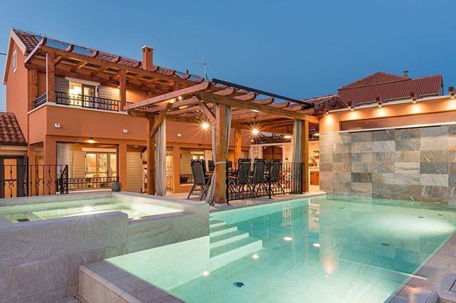 Wir haben tolle Neuigkeiten: Die 5-Sterne Villa Ivanovi Dvori mit Sauna, Pool und Jacuzzi ist aktuell günstiger denn je - satte 20 % Rabatt erhältst du auf eine Buchung zwischen dem 01/06 - 31/07/2019.  Hier kannst du die Villa buchen: www.crovillas.com/de/villa/ivanovi-dvori  #istrien #istrien #urlaub #urlaub2018 #urlaubsreif #holiday #croatia #luxurylifestyle #villa #architecture #nature #lifestyle #panorama #panoramaview #interiordesign #pula #istrien #istria #croatialove #croatian #beach #poolparty #pool #pooltime #dobardan #adriatic #nature #kapkamenjak #timeoutcroatia #luxurylife #croatiafulloflife #crovillas #nature #panorama #panoramaview #kroatien🇭🇷 #urlaubsreif