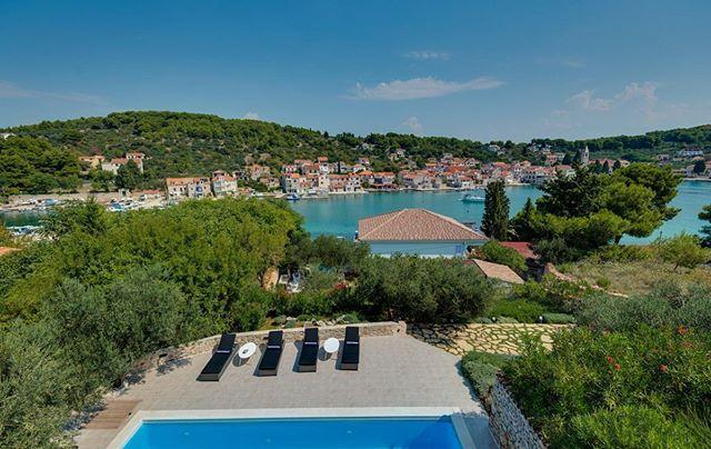Stellt euch einfach vor, ihr wacht jeden Morgen mit Blick auf den kleinen Fährhafen und der verträumten Promenade auf. Das ist die Villa Marceline. Jetzt neu bei Crovillas! #crovillas #dalmatien #sibenik #vodice #urlaub #urlaub2018 #kroatienliebe #kroatien2019 #urlaubsreif #holiday #croatia #luxurylifestyle #villa #croatialove #croatian #pool #adriatic #timeoutcroatia #luxurylife #croatiafulloflife