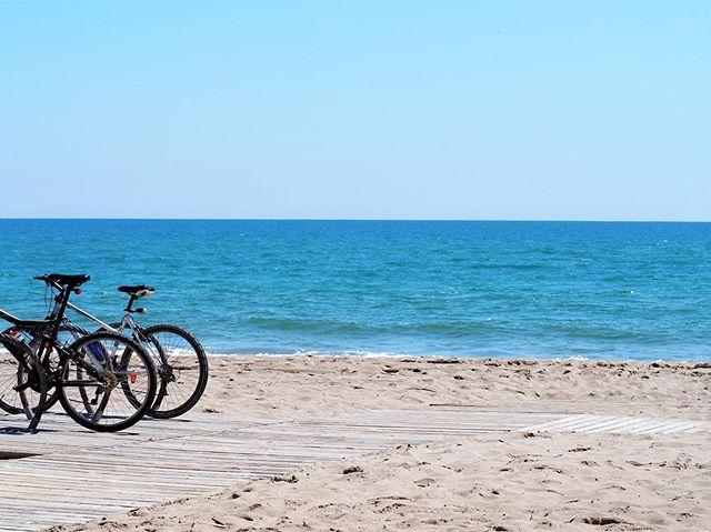 En mayo el plan paseo en bici y playa mola! . ya estamos abiertos! @elmaravillas . #maraviyeah #maravillas #elprat #elpratdellobregat #barcelona #mediterraneo #chiringuitoelmaravillas #elmaravillas #pratifornia