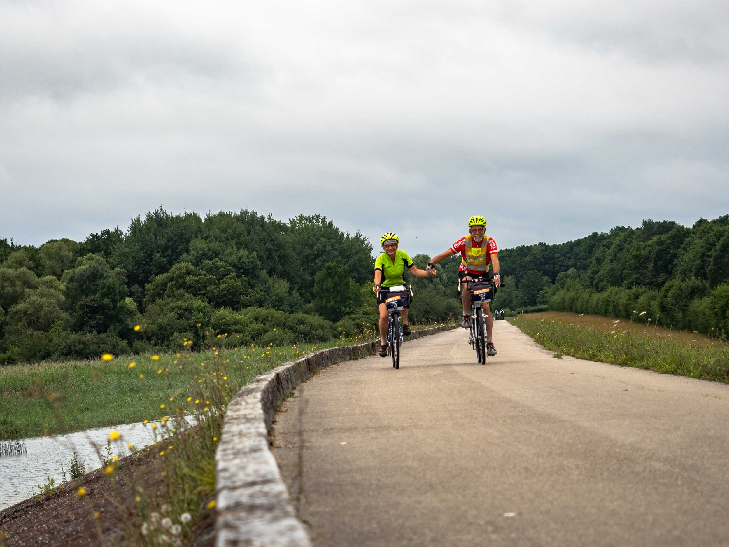 tda-cycling-paris-freiburg-holding-hands.jpg