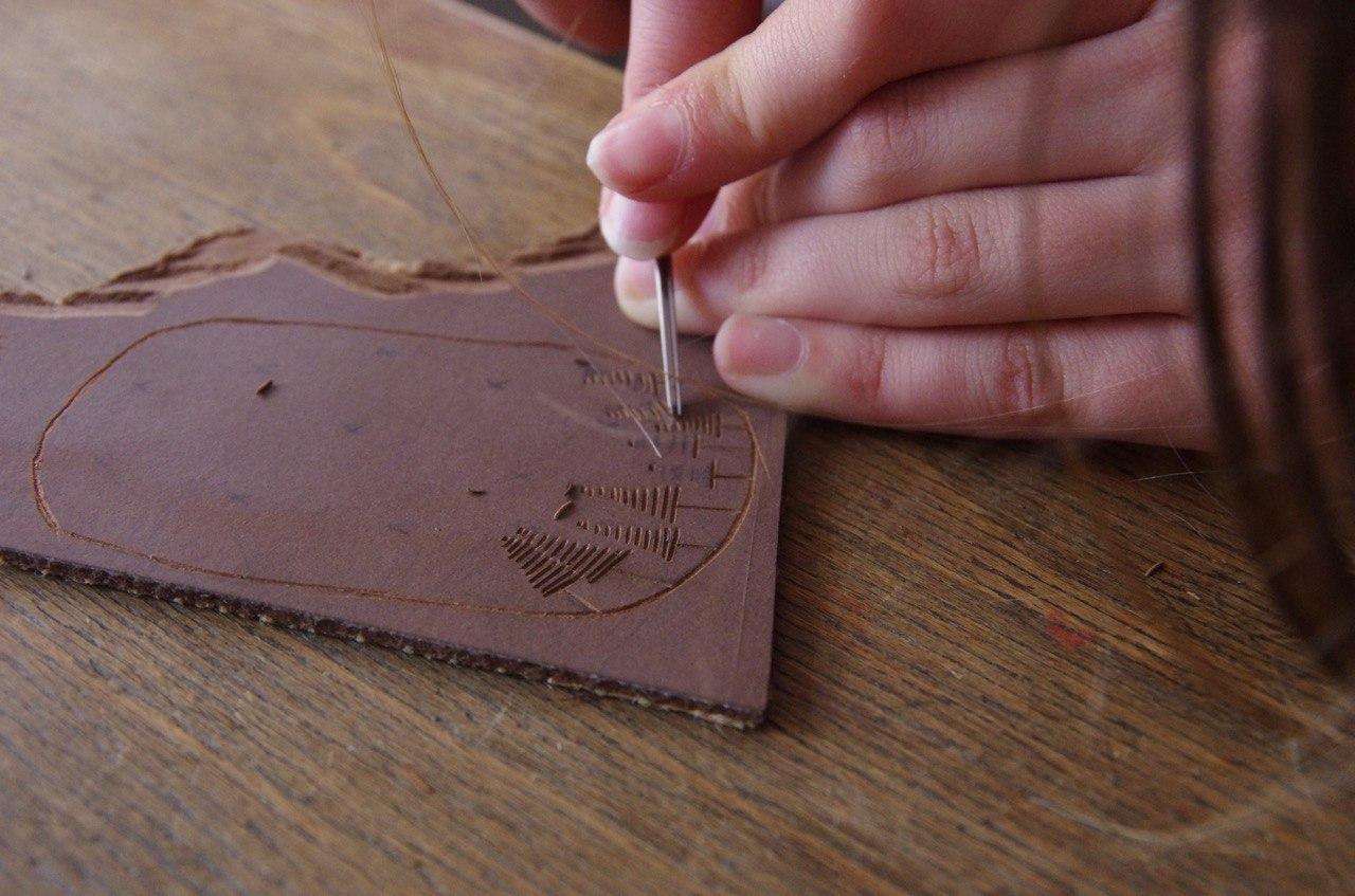 """Linol- und Holzschnitt - Der Hochdruck zählt zu einer der ältesten Drucktechniken. Darunter zählen der Linol- und der Holzschnitt. In unserem Atelier zeigen wir euch wir ihr mit diesen künstlerisch hochwertigen Techniken zu beachtlichen eigenen Ergebnissen gelangt. Sie eignen sich hervorragend zur Gestaltung von Karten, Plakaten aber auch zur illustration eigener Texte, die bei uns im Handsatz erstellt werden können. Wir erklären euch dafür den richtigen und sicheren Umgang mit den Werkzeugen und die unterschiedlichen Materialien. Sowohl Werkzeug als auch Material stehen euch dafür bei 38Punkt zur Verfügung. Eure Motive könnt ihr auch gleich vor Ort drucken und die Ergebnisse mit nach Hause nehmen.Diese Technik setzt jedoch ein gewisses Mass an Konzentration und motorischen Fähigkeiten voraus, deshalb empfehlen wir sie ab einem Alter von etwa 6Jahren. Für unsere jüngeren Gäste bieten wir dafür einfachere(?) Alternativen an. Schaut dafür unter unserem Beitrag """"Alternative Techniken""""."""