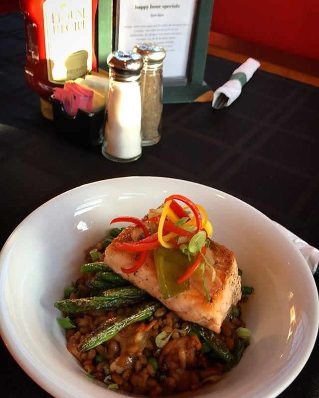 Kickin' off the first Friday of Lent with this Seared Salmon feature! •shrimp fried (farro) rice •blistered green beans •confit leeks •sweet soy #flxfood #fargobarandgrill #innsofaurora #upstatefoodie #auroraNY