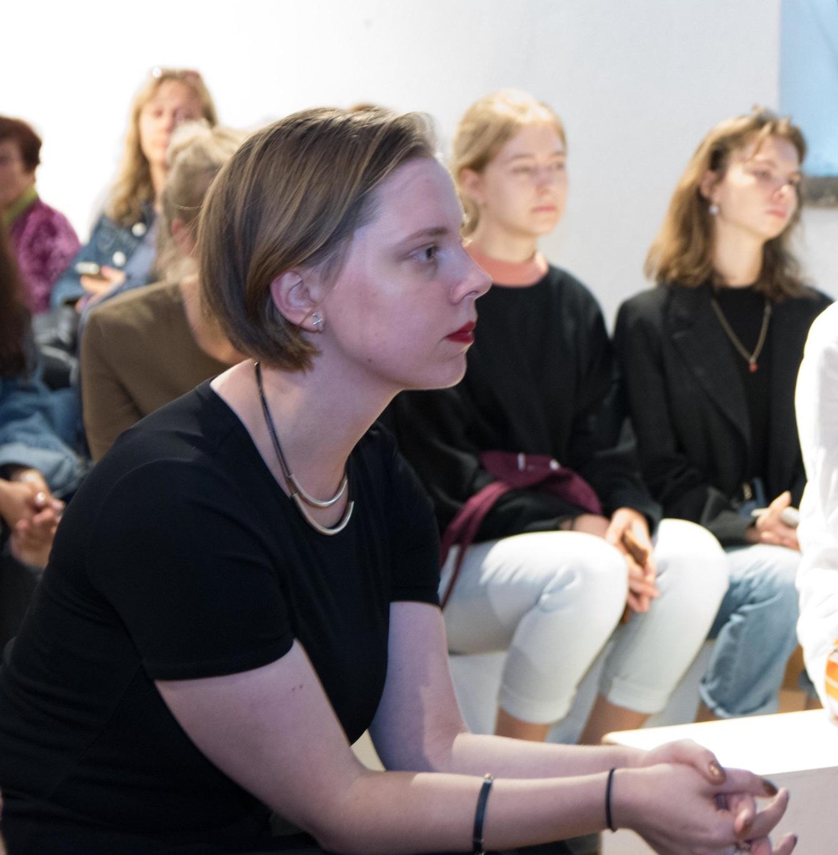 """Apie mane - Nina Ždanovič, baigusi Vilniaus universiteto Orientalistikos centro studijas, gyvena ir kuria Tokijuje, Japonijoje. Į savo kūrinius, kuriuos ji konstruoja iš nuotraukų, prisiminimų ir vaizduotės, ji įtraukia tradicinės japoniškos tapybos technikas. Tokiu būdu ji siekia atskleisti jausminį, subjektyvų aspektą, nuolat perkonstruojamą realybę, glūdinčią už prisiminimų ir nuotraukų. Savo stilių menininkė dažnai aprašo: """"kaip magiškasis realizmas, bet tapyboje""""."""
