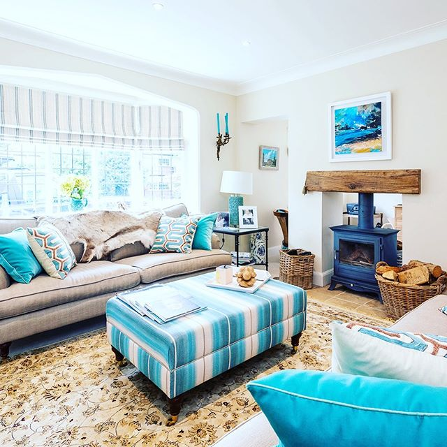 Accents of aqua in a naturally bright sitting room #osbourneandlittle #persianrugs#interiordesign
